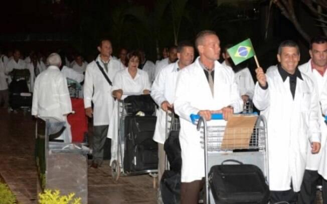 Médicos cubanos precisam voltar ao país de origem com a saída de Cuba do Mais Médicos