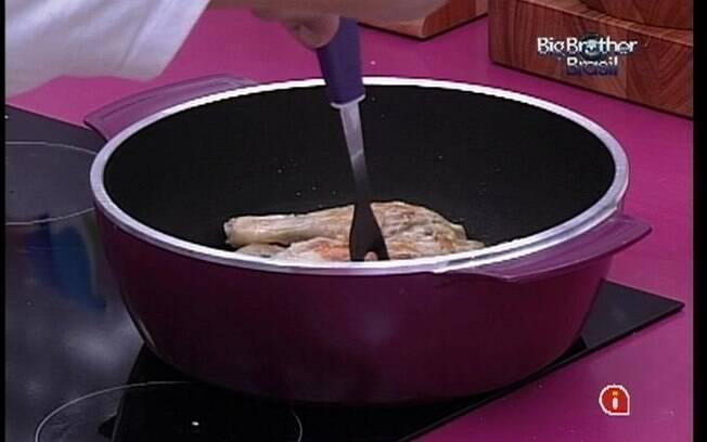 Mineiro frita frango para o almoço dos brothers