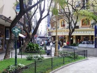 O local é uma das mais bonitas praças da cidade, bem perto da Calle Florida