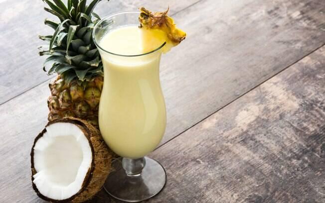 A pinã colada é uma bebida doce, já que leva leite condensado e leite de coco na receita; veja a receita