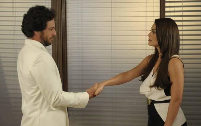 Herculano (Rodrigo Lombardi) cumprimenta Nina (Juliana Paes) em
