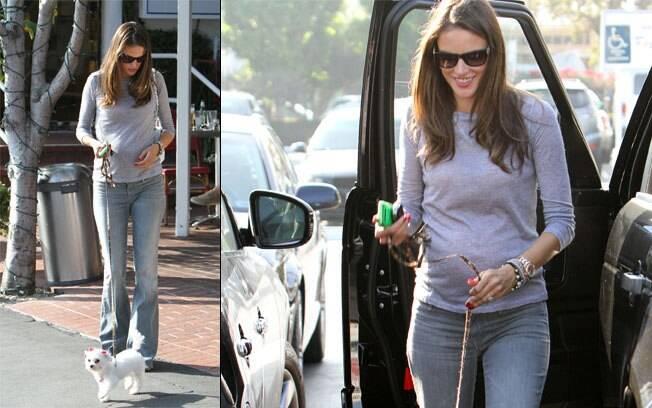 Alessandra Ambrósio leva sua nova cachorrinha, Lola, para passear em Los Angeles