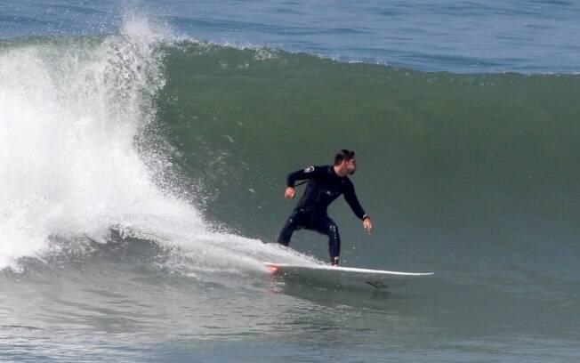 Cauã Reymond surfa no Rio de Janeiro