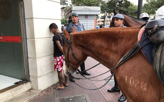 Até os cavalos do Regimento de Polícia Montada-9 de julho sabem fazer uma revista nos criminosos