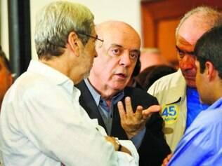 José Serra acompanhou a apuração dos votos em Belo Horizonte com o candidato Aécio Neves