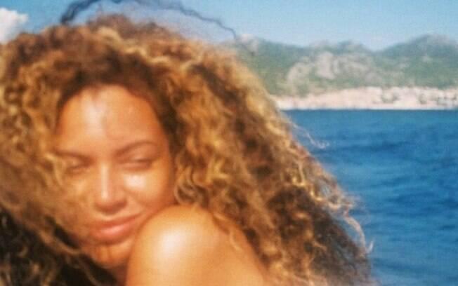 Beyoncé aparece sem maquiagem em foto