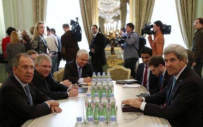 Diplomatas debatem solução para crise na Ucrânia em negociações em Paris