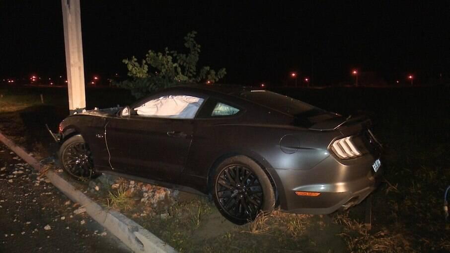 Carro de luxo esportivo ficou destruido, mas não há informações de feridos