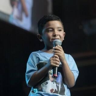 Gabriel, 5, faz sucesso no karaokê
