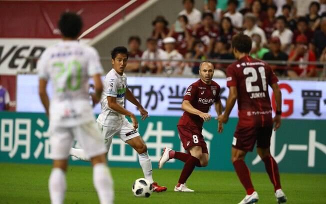 Iniesta em campo pelo Vissel Kobe durante partida do campeonato japonês