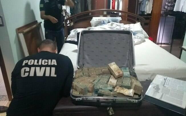 Mala com dinheiro foi encontrada em porão escondido na casa de João de Deus
