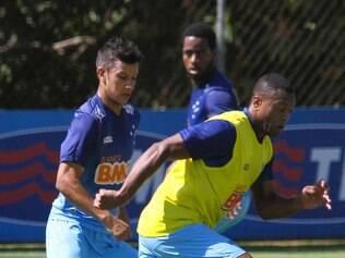 Júlio Baptista herda a posição de Marcelo Moreno, fora do duelo desta quinta-feira