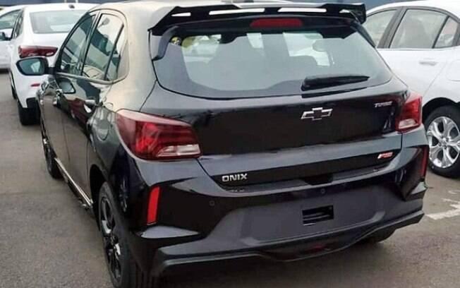 Traseira com aerofólio e a sigla RS na tampa do porta-malas mostram a identidade do Chevrolet Onix esportivo