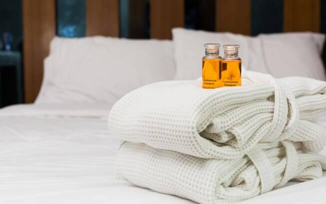 roupão de um hotel em cima de uma cama