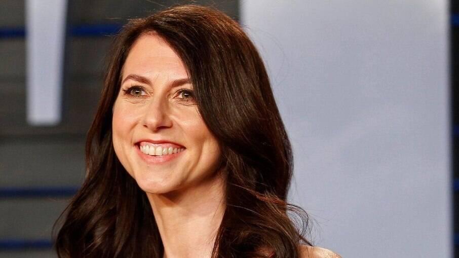 MacKenzie Scott, ex-mulher de Jeff Bezos, homem mais rico do mundo, doa R$ 20 bi em 4 meses