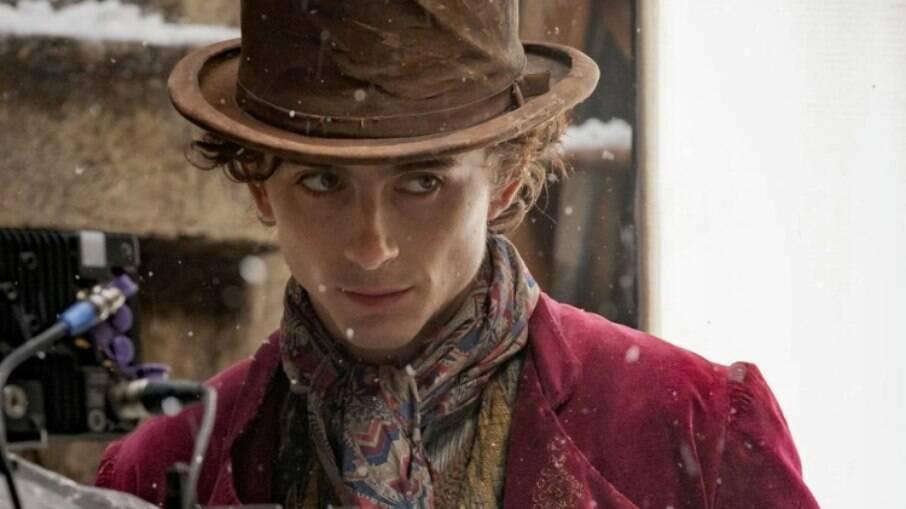 Timothée Chalamet divulga primeira foto como Willy Wonka no novo filme