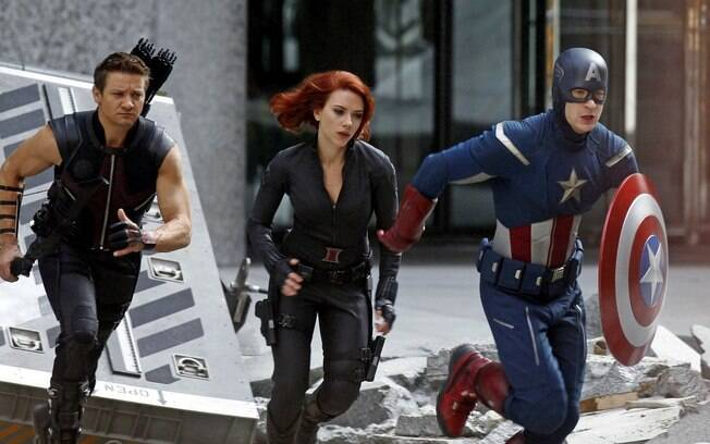 Jeremy Renner, Scarlett Johansson e Chris Evans em cena de