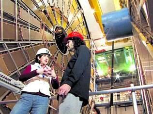 Realidade. David Kaplan, professor de Física da Johns Hopkins, e a física italiana Fabiola Gianotti perto do Grande Colisor de Hádrons