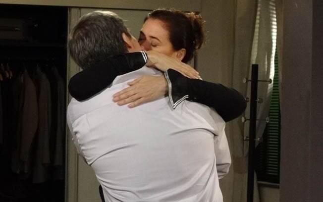 Griselda se rende à paixão e beija René
