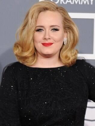 Adele mostra que rostos mais redondinhos também ficam bem com cabelos em comprimento médio