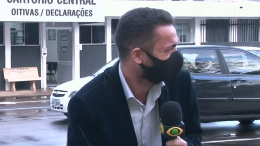Repórter da Band viraliza ao ter crise de riso com notícia de galo detido
