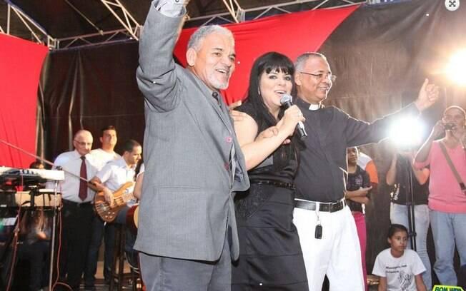 Pastor e padre subiram ao palco com a cantora evangélica Mara Maravilha