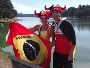 Torcedores belgas exibem orgulhosos bandeira no formato da brasileira, mas com as cores do país europeu