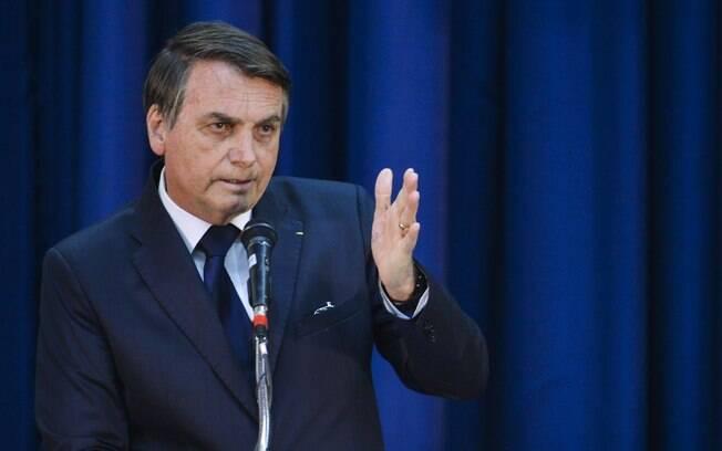 Presidente Jair Bolsonaro ameaçou repórter após ser questionado sobre os cheques que Michelle Bolsonaro recebeu.