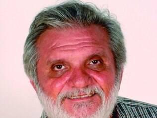 Carrero escreveu parte do romance com apenas dois dedos