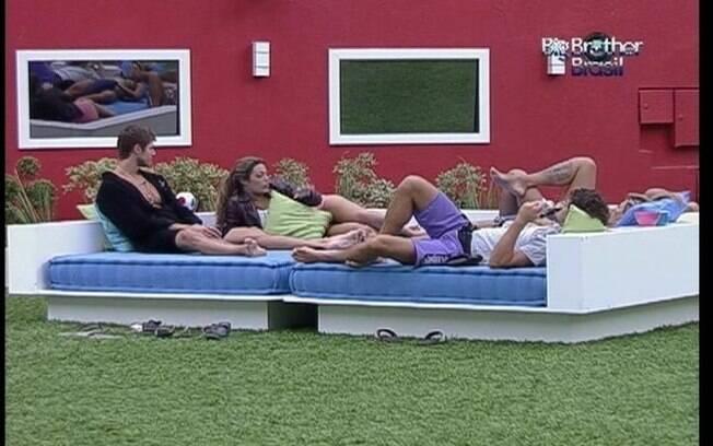 Fabiana conta para os brothers no futon que seu marido já se fantasiou de power ranger rosa