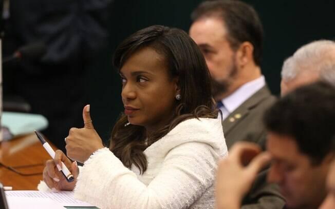 Tia Eron votou a favor da cassação do mandato do presidente afastado da Câmara, Eduardo Cunha