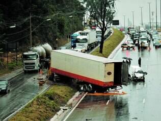 No Anel. Falta de guincho para veículos acidentados é um dos principais complicadores do trânsito