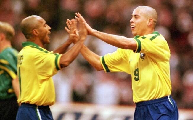 Romário e Ronaldo em ação juntos pela seleção  na Copa das Confederações de 1997