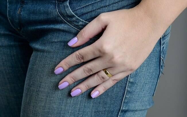 Para fazer o esmalte durar vários dias nas unhas, tome cuidado antes, durante e depois da manicure