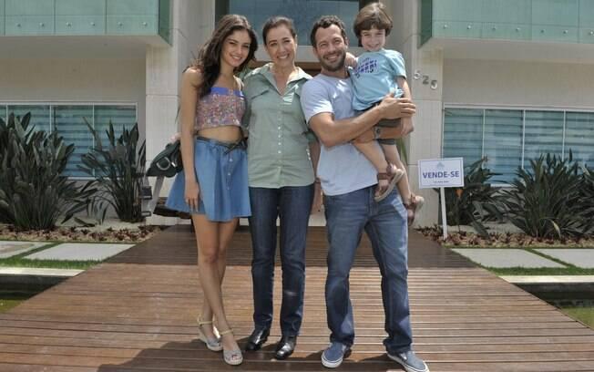 Griselda posa com a família em frente a sua nova casa