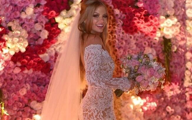 Para o casamento com Whindersson Nunes, Luísa Sonza usou um look romântico: vestido rendado e maquiagem carregada