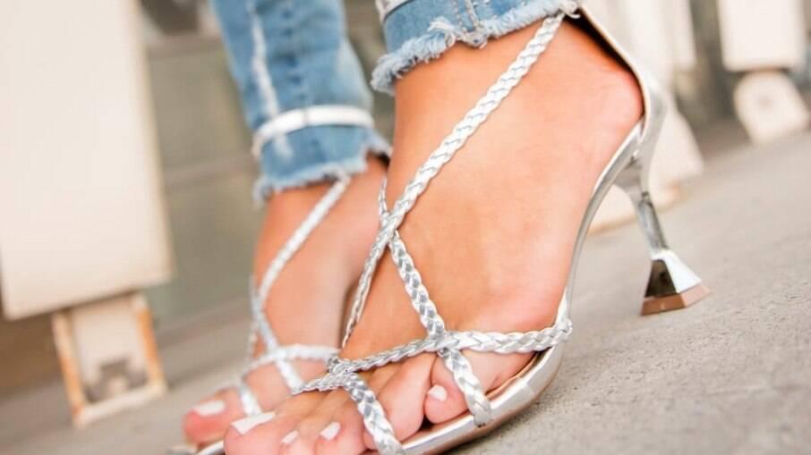 Sandálias abertas com tiras são tendência