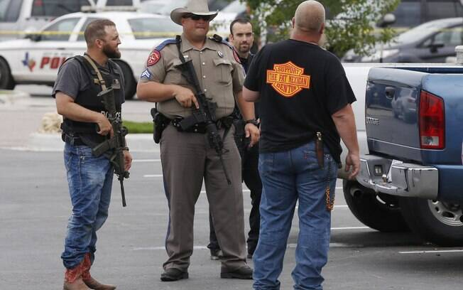 Policiais falam com homem perto do estacionamento de um restaurante no Texas (17/05)