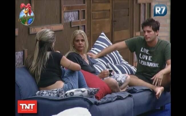 Joana, Monique e Thiago conversam sobre o passado de Raquel