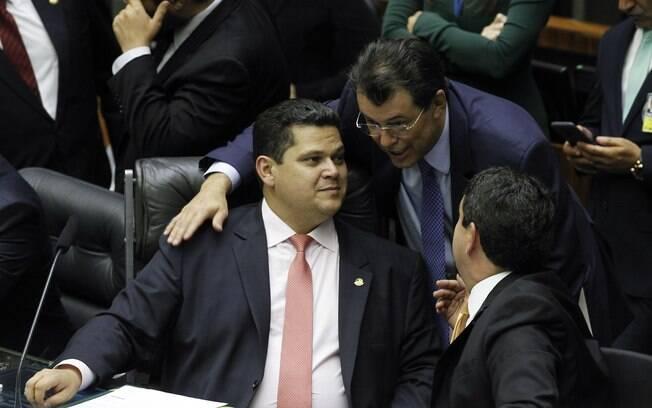 Eduardo Braga (MDB-AM) conversa com o presidente do Senado, Davi Alcolumbre (DEM-AP)