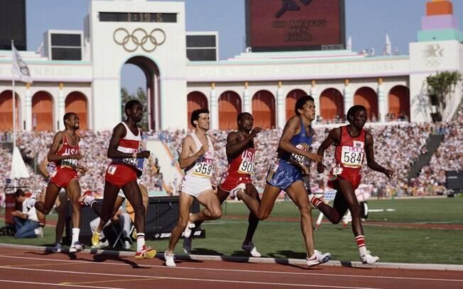 Joaquim Cruz compete com Edwin Koech (584),  Sebastian Coe (359) e Earl Jones (903) pelo ouro  nos 800m nas Olimpíadas de 1984