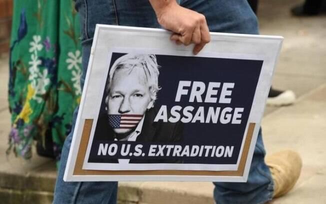 Manifestantes defendem Julian Assange e pedem que ele não seja extraditado