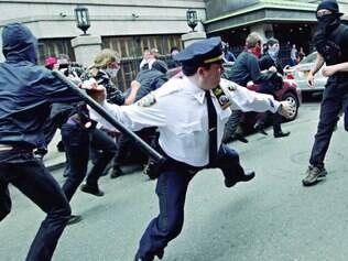 Sem limites.  Uma das fotos mais tuitadas com a hashtag #myNYPD mostra policial agredindo ativistas do Occupy Wall Street em 2012
