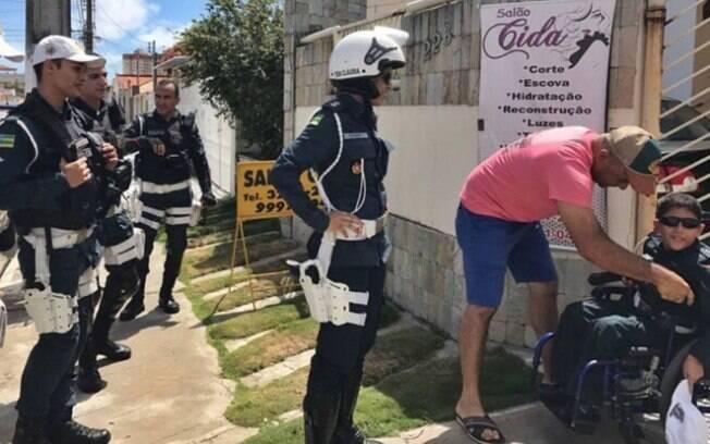 Menino cadeirante ganha visita inesperada de policiais