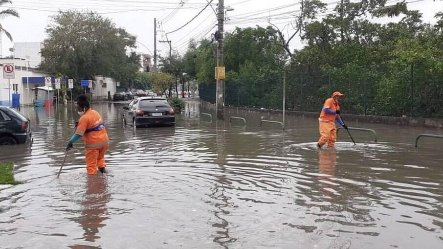 No município do Rio, chuvas causaram alagamento, como em rua na Ilha do Governador