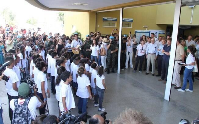 Crianças cantam para o membro da realeza britânica