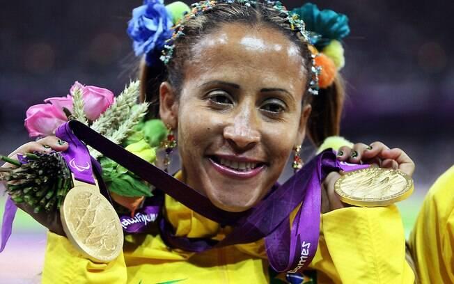 Guilhermina no pódio com os dois ouros (nos 100m e nos 200m T11) conquistados em Londres 2012