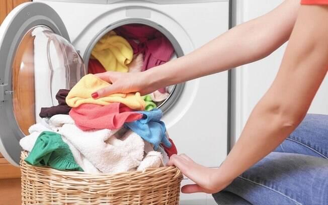 Morando sozinha: aprenda um truque valioso na hora de lavar as roupas!