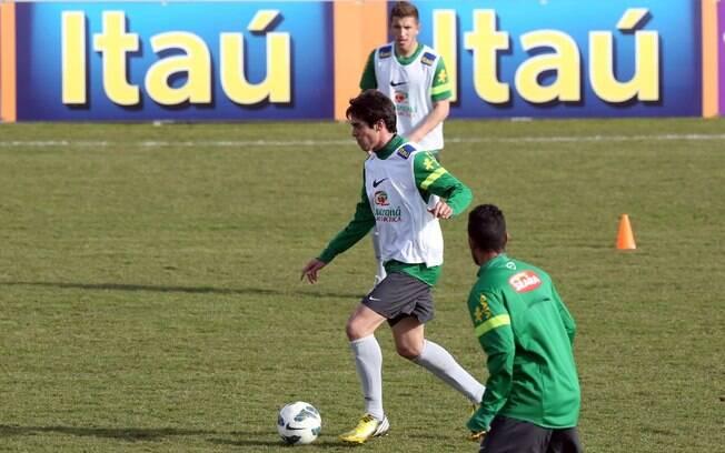 Kaká conduz a bola durante o treino da  seleção brasileira no treino desta sexta-feira