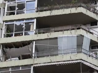 RJ - EXPLOSÃO/PRÉDIO/RIO - CIDADES - Uma explosão destruiu vários apartamentos   em um prédio na Rua Olímpio Mourão Filho,   perto da Rocinha, em São Conrado, zona sul   do Rio. A detonação aconteceu por volta das   5h40 desta segunda-feira, 18, e teria atingido   mais gravemente nove unidades. Até o início   da manhã, havia notícias de apenas um ferido.   O edifício, porém, foi abandonado pelos   moradores, por medida de segurança. A rua   também está sendo evacuada por risco de   desabamento e bombeiros estão no local. Há   grande quantidade de destroços, inclusive   esquadrias e portas, no pátio interno do   prédio, onde fica uma quadra de esportes.    18/05/2015 - Foto: PAULO CAMPOS/ESTADÃO CONTEÚDO